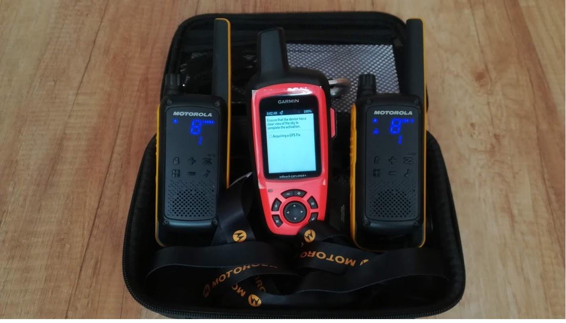 Nem rádió, de műholdon át tud sms-t küldeni :) Mi az ?